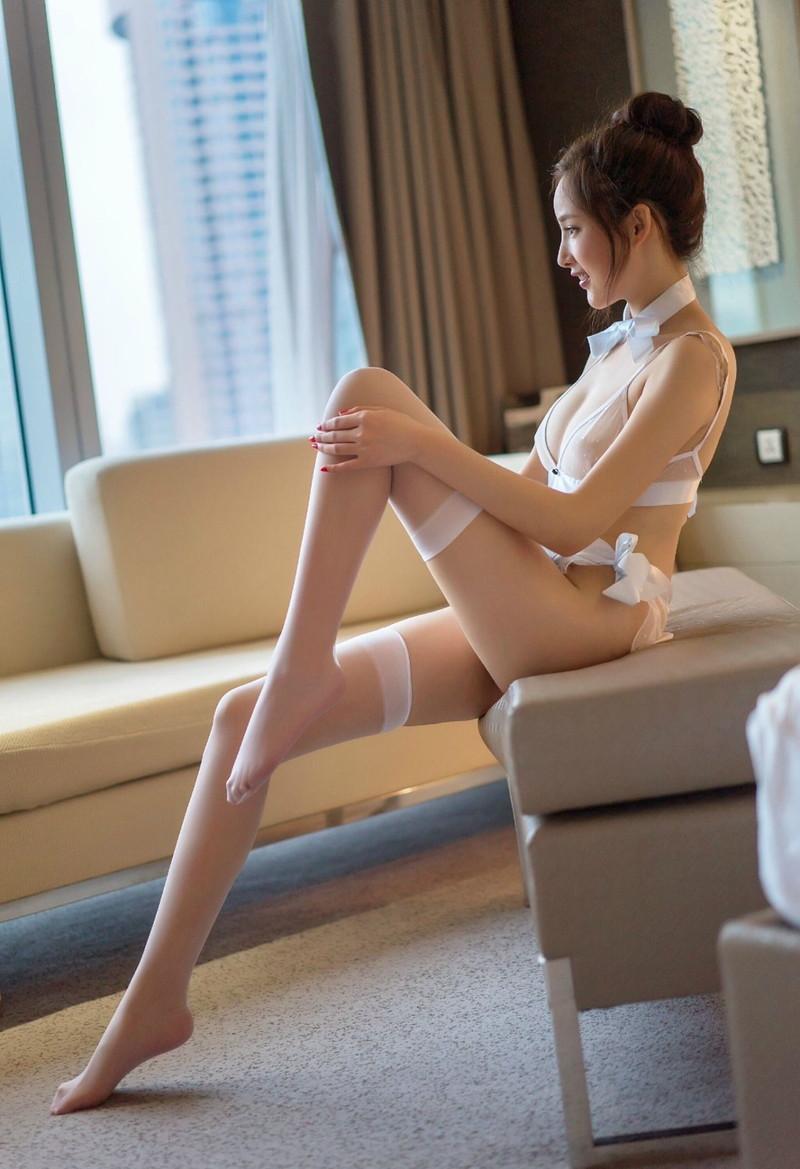 【スレンダー美脚エロ画像】脚だけで勃起する!?ストッキングやタイツを穿いたスレンダーな美脚で抜いてくれ!!(29枚)