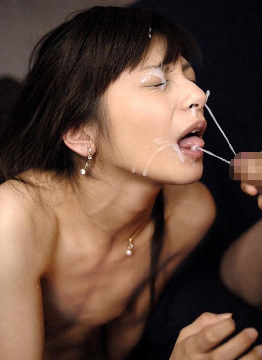 【顔射エロ画像】ぶっかけエロすぎっ!!白い液体を顔に塗りたくるエロいお姉さん!?(27枚)