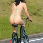 【露出エロ画像】その格好でどこに行く!?自転車に乗ったお姉さんのパンチラ、全裸がエロ過ぎた!?w(26枚)