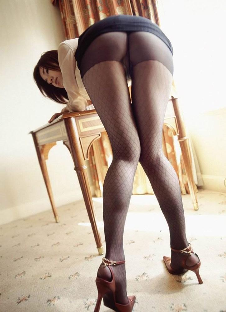 【美脚エロ画像】黒のストッキングやニーソや網タイツどれでも脚に装着するともしかしたら美脚になっちゃう!?(27枚)