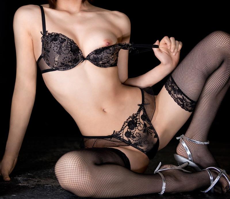 【下着エロ画像】下着は何色がすきですか?今回は妖艶なエロさ漂う黒の下着を着用したお姉さん達を特集!(31枚)
