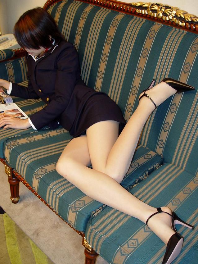 スチュワーデスさんの美脚が綺麗すぎて見とれてしまう!!