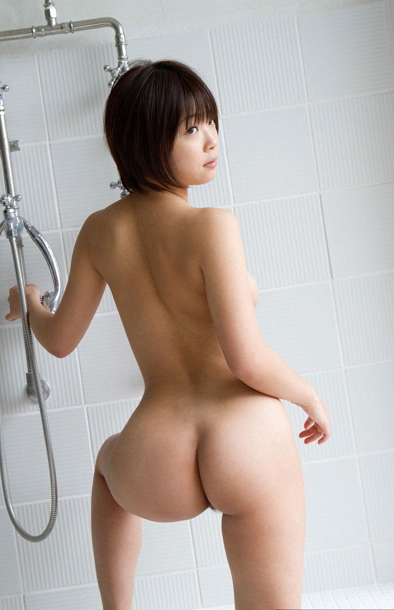 シャワーに入るプリっとしたお姉さんの美尻がエロくて勃起する!