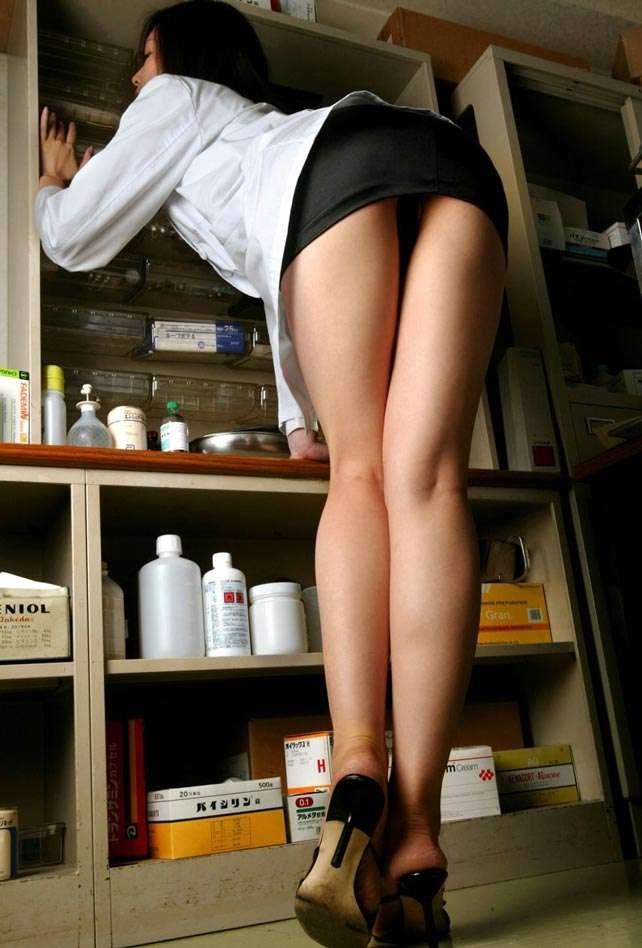 女医さんは薬を選ぶときも美尻を見せつけて皆を誘惑してきますw