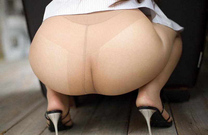 【ノーパンエロ画像】ストッキング越しやスカートの中など様々なコスチュームでのノーパンがエロ過ぎて!(28枚)