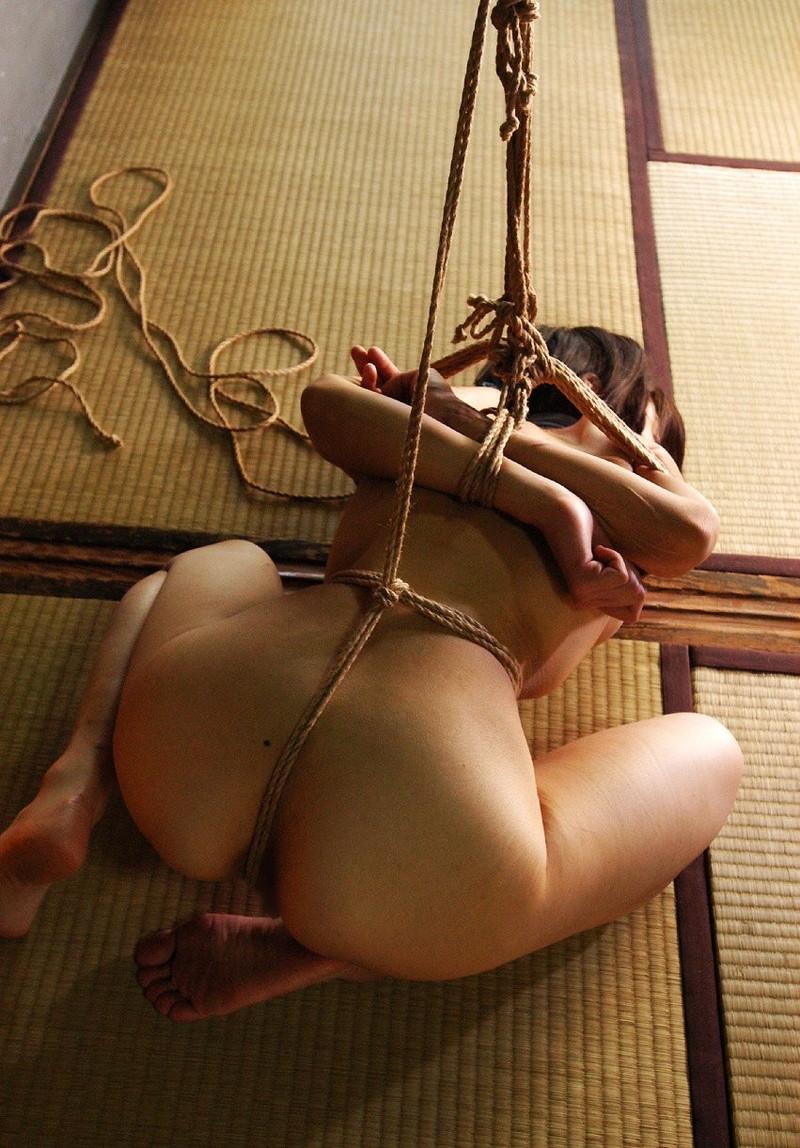 【緊縛エロ画像】きつく縛られた美尻の割れ目に食い込む縄が割れ目の奥深くに入ってゆく!?(23枚)