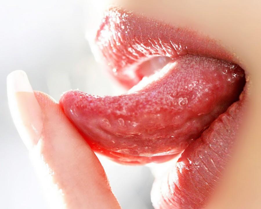 【舌フェチエロ画像】様々なシーンでエロく舐めたり見せつけるエロい舌がエロすぎ!(25枚)