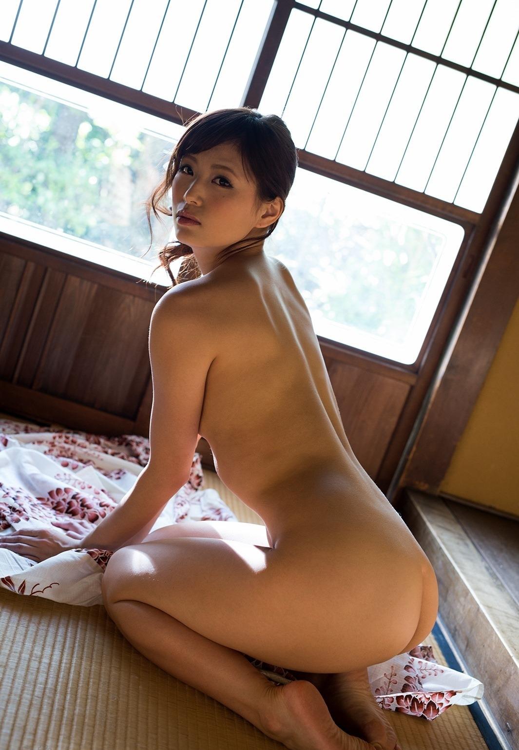 【女座りエロ画像】果たしてアヒル座りと正座の突き出した美尻はどっちがエロいんだ!?(28枚)