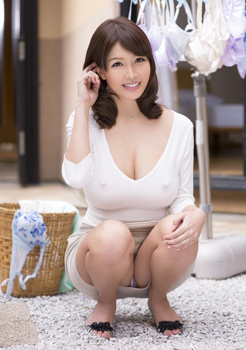 着衣 若妻 25若妻のお姉さんの普段着は乳首が勃起するのが普通!