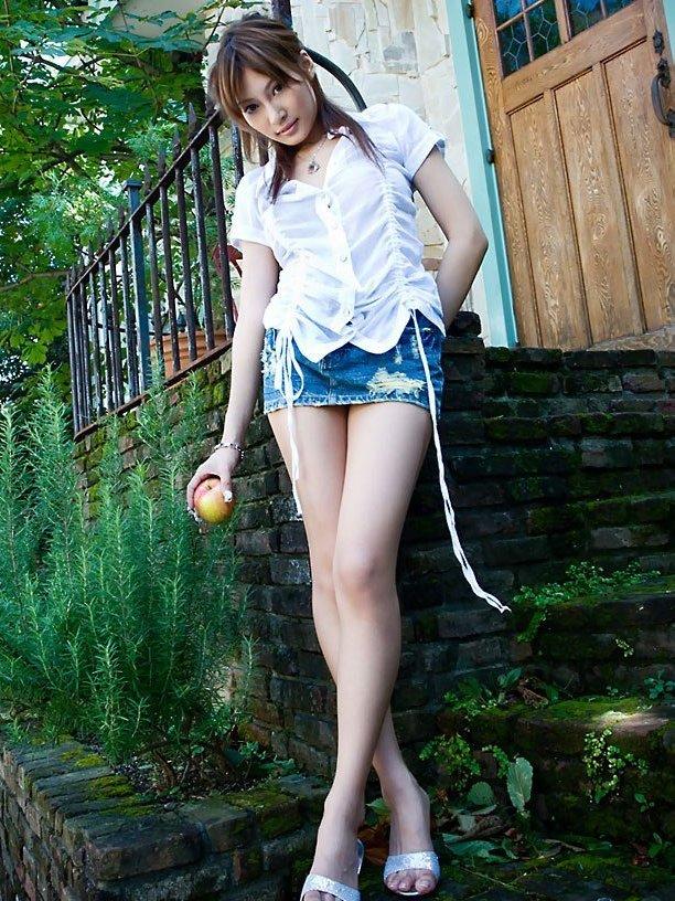マイクロミニのデニムスカートから覗く美脚にそそられる!?