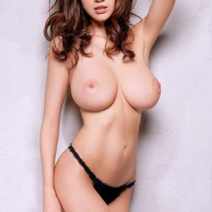 【トップレスヌードエロ画像】上裸だからこそエロス際立つ美女のおっぱいがここに集結!(30枚)