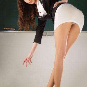 【パンチラエロ画像】見かけたら手を合わせ拝みたくなるスカートからのパンチラ!(28枚)