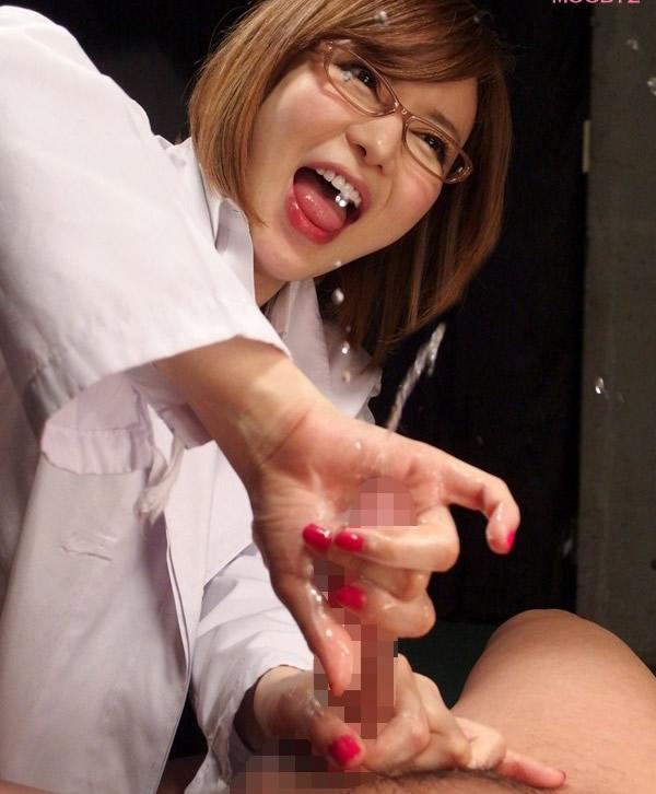 【痴女エロ画像】時には背後から時には乳首を舐めながら痴女を思わせる手コキがエロすぎ!(23枚)