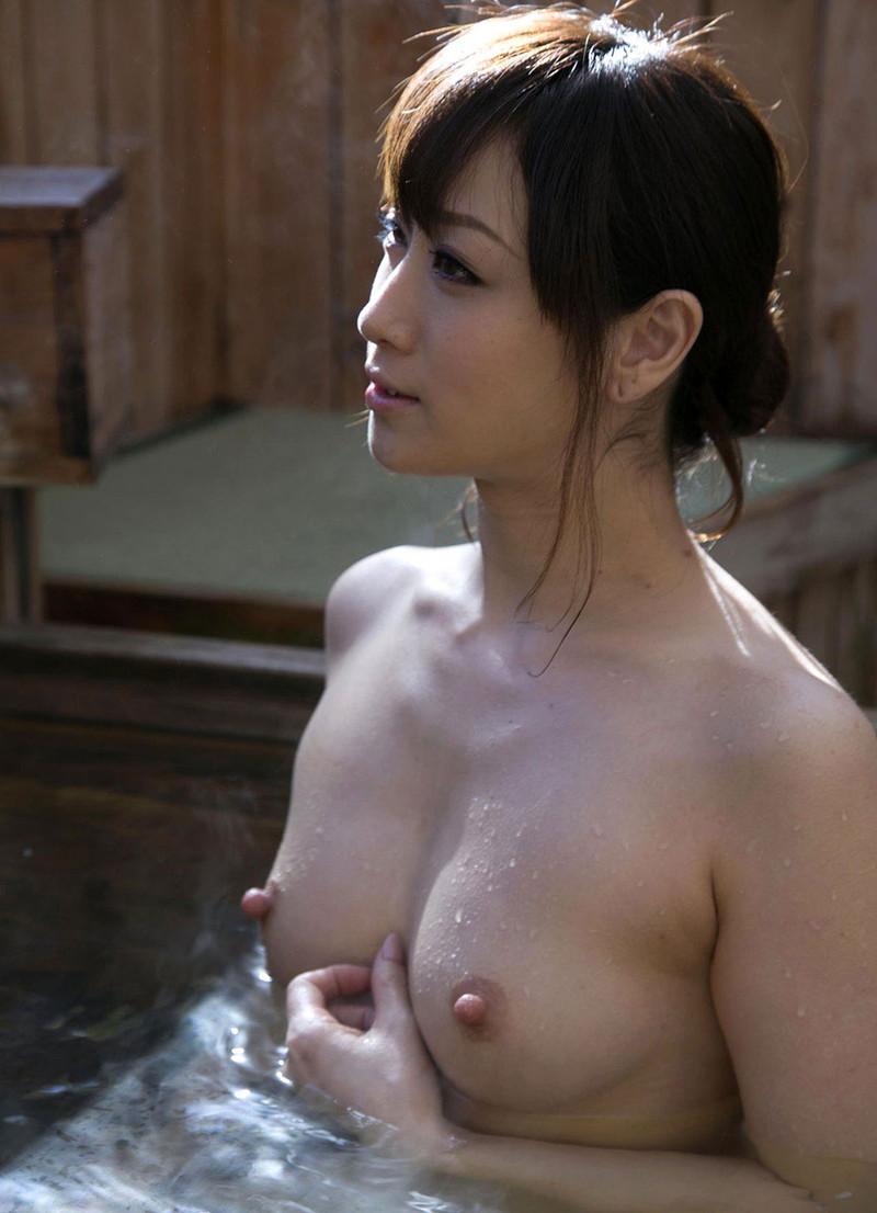 【温泉エロ画像】温泉でより色っぽく見える美女達を見ながら入浴が幸せそう!(27枚)