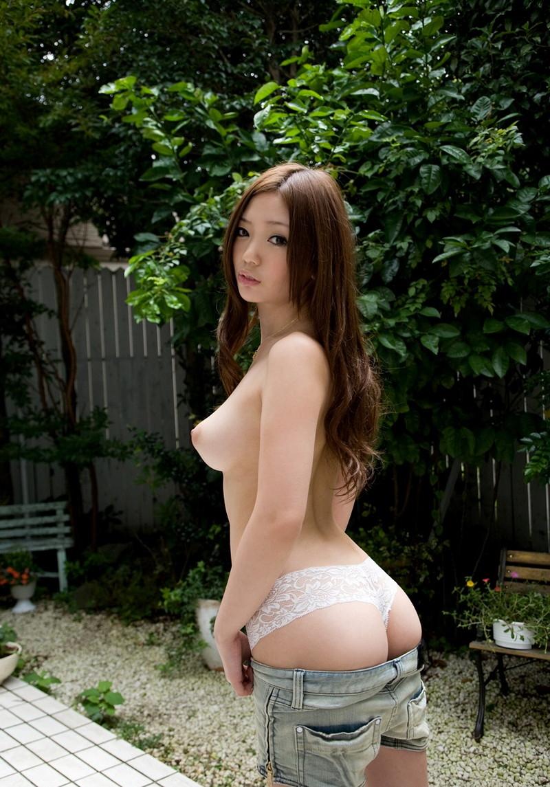 【半裸エロ画像】上半身若しくは下半身が裸の状態が全裸よりもムラムラ誘う!?(33枚)