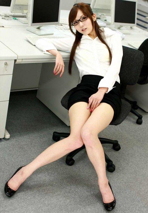 【美脚エロ画像】OLの美脚に惚れ惚れして仕事はそっちのけ!?(25枚)