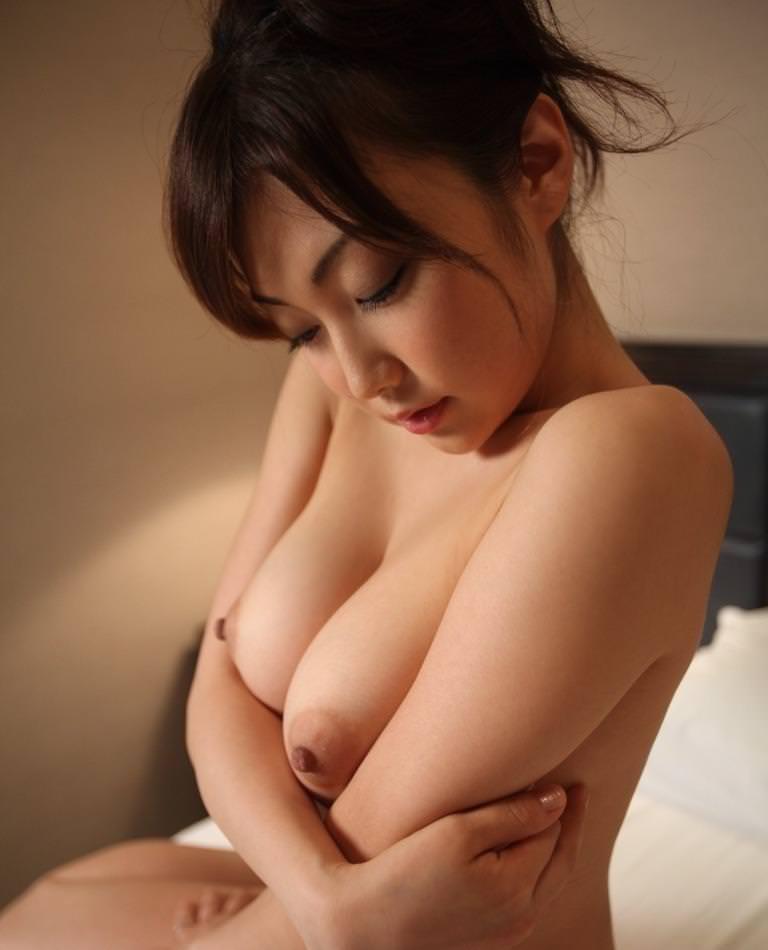 【勃起乳首エロ画像】吸いたくなるピンっと勃起する乳首が堪らん!(24枚)