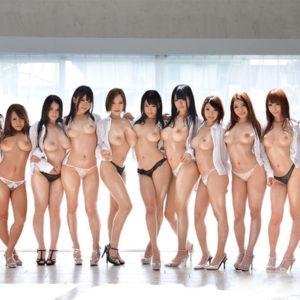 【複数人ヌードエロ画像】裸で集合中のお姉さん達にハーレムプレイを期待しながら…(30枚)