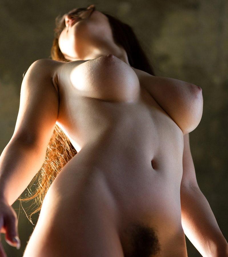 【ローアングルおっぱいエロ画像】乳を下から見上げたらプニュプニュさが伝わってくるんよ(61枚)※12/28追加
