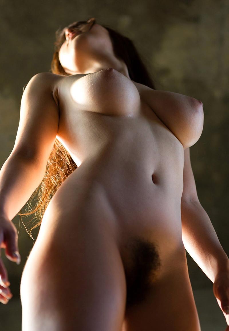 【ローアングルおっぱいエロ画像】乳を下から見上げたらプニュプニュさが伝わってくるんよ(28枚)