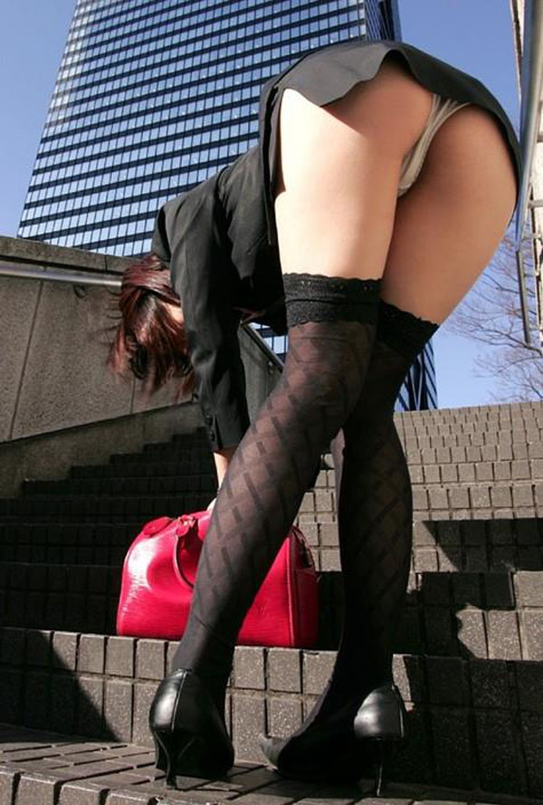 【前屈みエロ画像】ミニスカ履いてたらやっぱり背後に注意しないと…(23枚)
