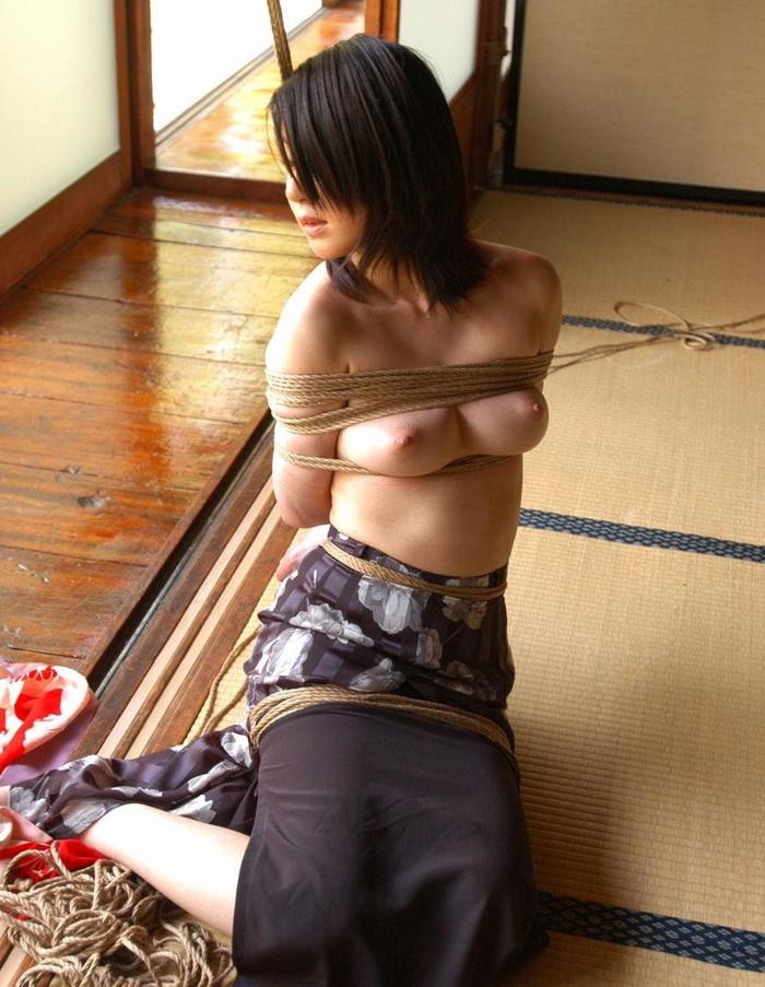 【着衣緊縛エロ画像】無理矢理してる感がSな気持ちを上げる着衣緊縛!(22枚)