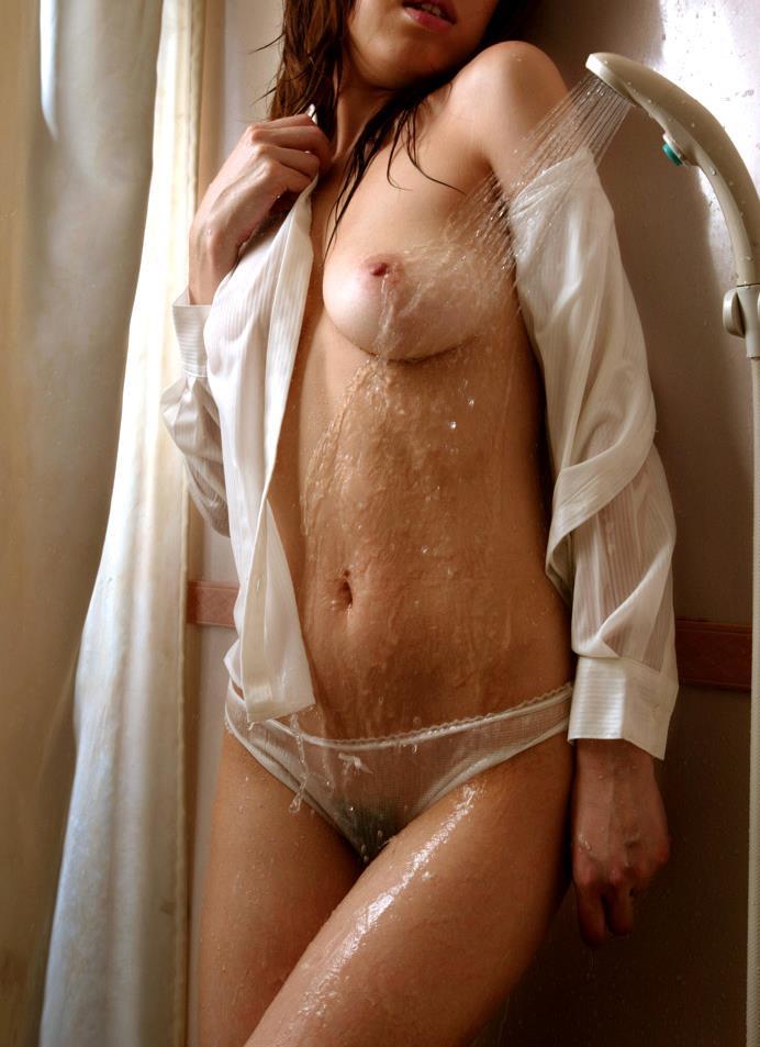 【濡れシャツエロ画像】なるほど着衣が濡れると乳首や陰毛が透けるのですね。(23枚)