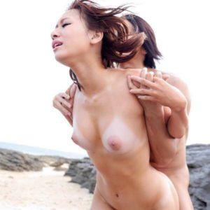 【日焼け跡セックスエロ画像】まるでビキニ着たままみたいな白黒のコントラストに萌えるセックス!(22枚)