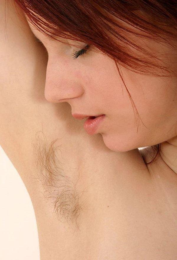 【腋毛エロ画像】腕上げやチラリと見える腋毛がやけにセクシーだった!(17枚)