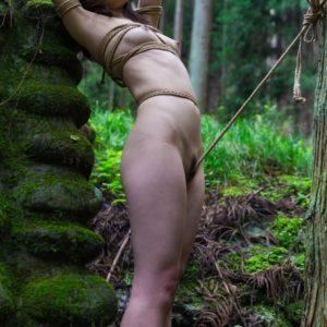 【野外緊縛エロ画像】野外露出ついでに縛られて羞恥心も最高潮に!?(23枚)