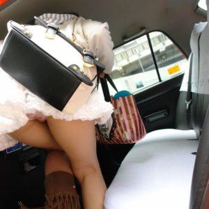 【太ももエロ画像】車とミニスカを掛け合わせたらパンチラと太ももでエロの宝庫だった…(21枚)