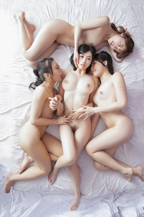 【ヌードエロ画像】2人以上分のおっぱいやお尻が同時に見れちゃう幸せ画像集!(26枚)
