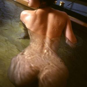 【背中エロ画像】入浴中の濡れる綺麗な背中に惚れ惚れしちゃう画像まとめ!(27枚)