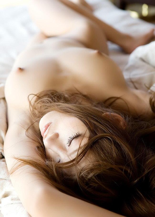 【フルヌードエロ画像】このまま飛びつきたい衝動に駆られる仰向けの全裸美女!(28枚)