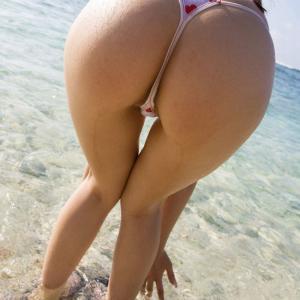 【水着エロ画像】ビーチで注目の的になりそうなTバック水着!(24枚)