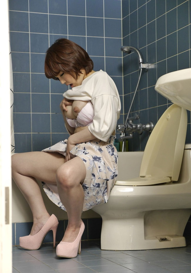 【トイレオナニーエロ画像】トイレの中でコッソリ自慰行為に励む姿を見守りたい応援したい!(17枚)