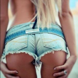 【ホットパンツエロ画像】ホットパンツ穿いたままケツを突き出すと…(24枚)