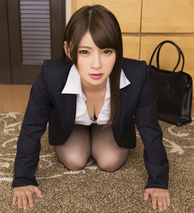 【OLエロ画像】スーツと谷間の誘惑で沢山稼いでそうなキャリアウーマン!(25枚)