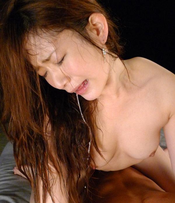 【涎エロ画像】綺麗なお姉さんの口元から滴る唾液がフェチには堪らん!(19枚)
