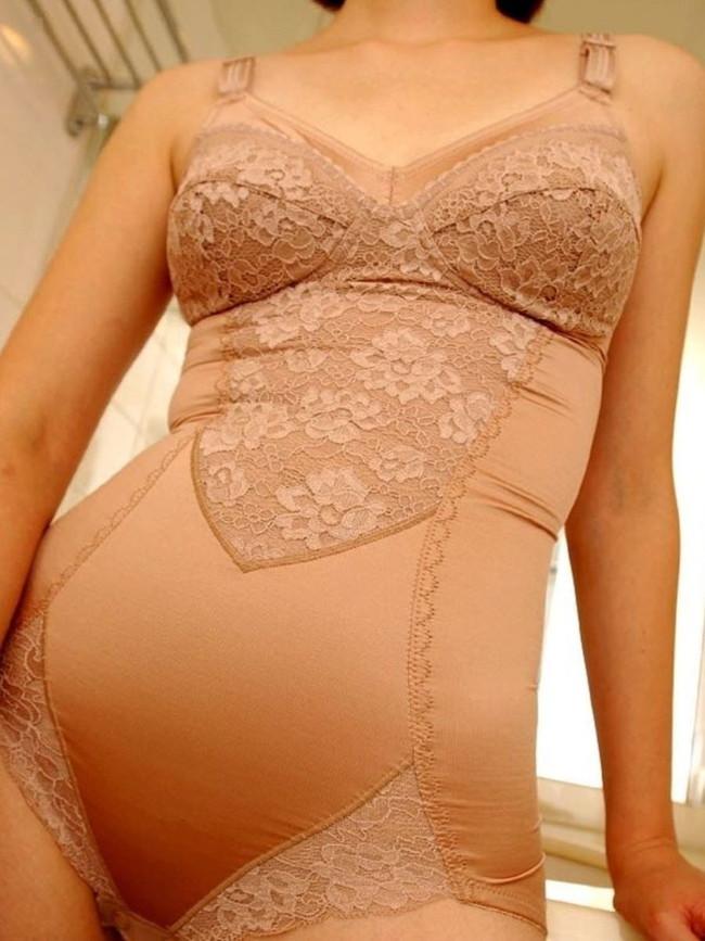 【補正下着エロ画像】熟女ならではのスタイル矯正下着にはフェチズム溢れるエロさがあった!(16枚)