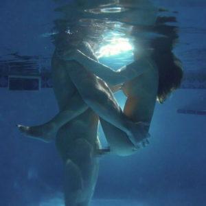 【水中セックスエロ画像】溺れかけても性欲は止まらない性欲盛んなカップル達!(22枚)