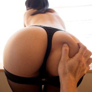 【お尻鷲掴みエロ画像】綺麗なお尻に手をフィットさせ鷲掴みしたなら尻揉みへのアプローチ!(71枚)※08/27追加