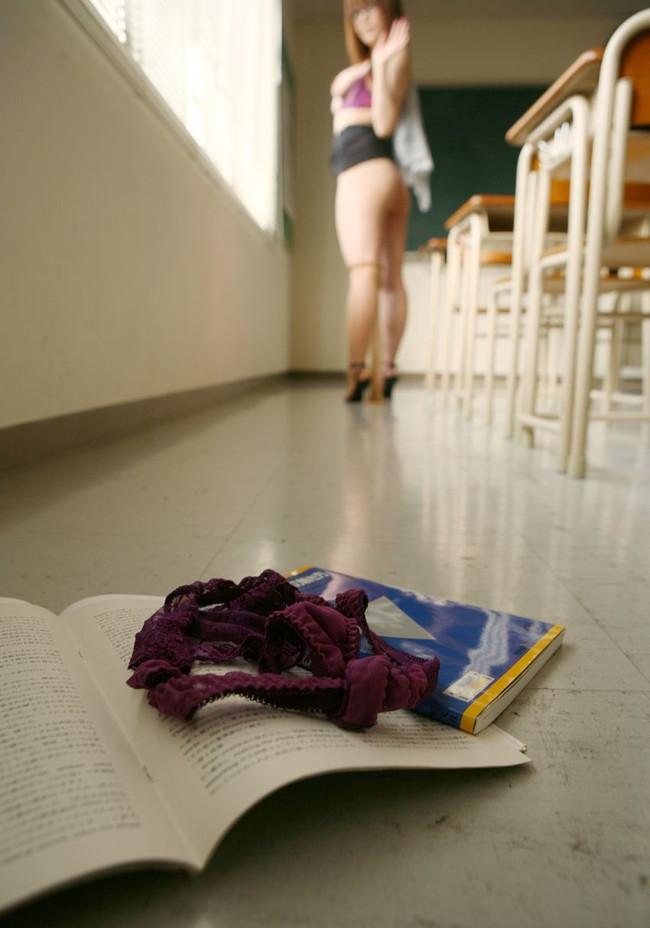 【教室エロ画像】女教師やJKが授業中や放課後にエロを出してるエロ画像!(30枚)