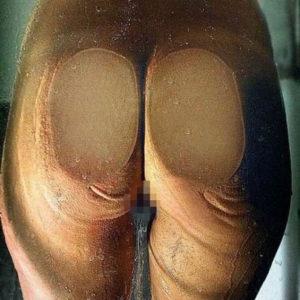 【ガラス越しお尻エロ画像】ガラスで押しつぶれた尻肉がムギュッとしててエロい画像!(21枚)