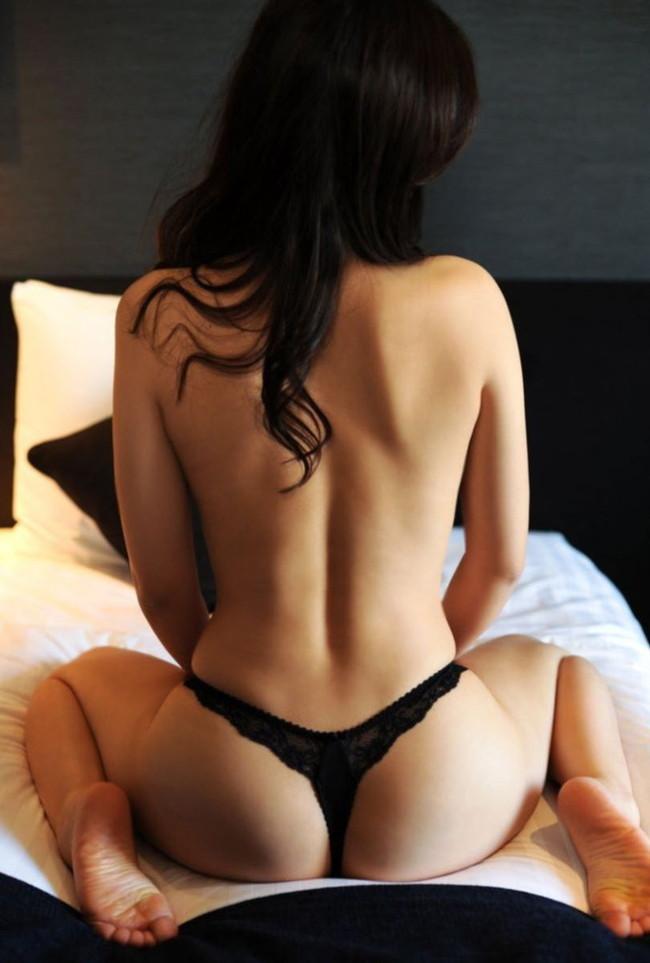 【背中エロ画像】トップレス姿の美女の後ろ姿に見惚れる画像!(25枚)