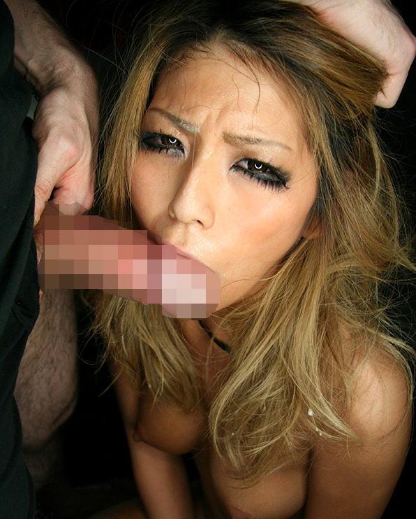 【睨みセックスエロ画像】強気な態度のままフェラやセックスしてる勝気なお姉さんの画像!(15枚)