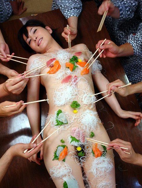 【女体盛りエロ画像】食べ物を粗末にするなと怒られそうな変態プレイ(16枚)