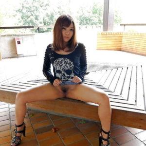 【ノーパンエロ画像】日本人も外国人もみんな露出が大好き!(30枚)