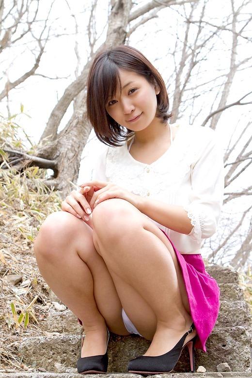 【しゃがみパンチラエロ画像】スカート穿いてる事を忘れて丸見え!(30枚)