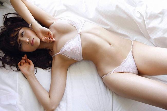 【白下着エロ画像】清純でも淫乱でも下着の基本といえばやっぱりこの色!(30枚)